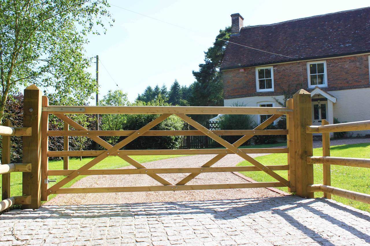 Uni gate on driveway using posts