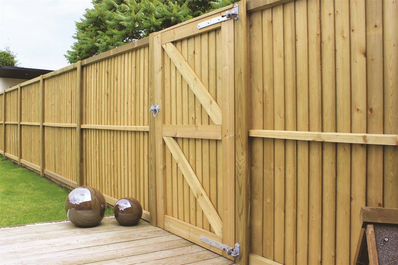 featherboard fencing and gate rear