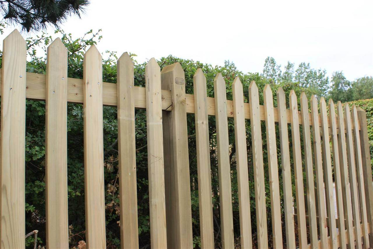 Traditional Pointed Picket Palisade Fencing