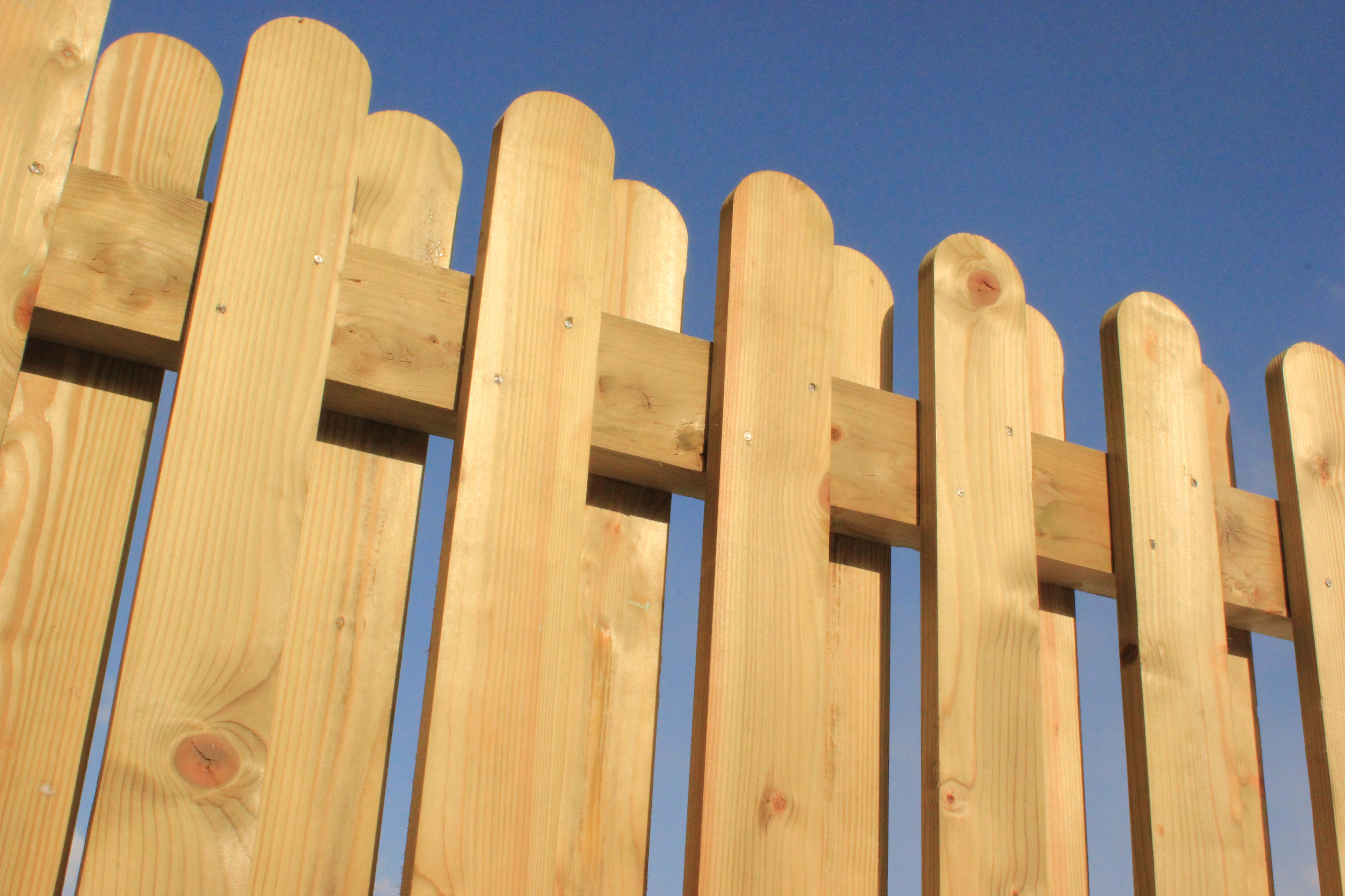 Palisade fence with alternating pales