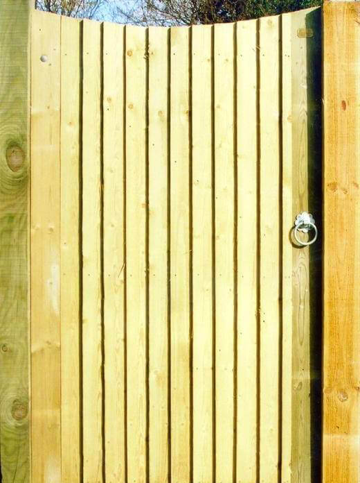Concave closeboard gate