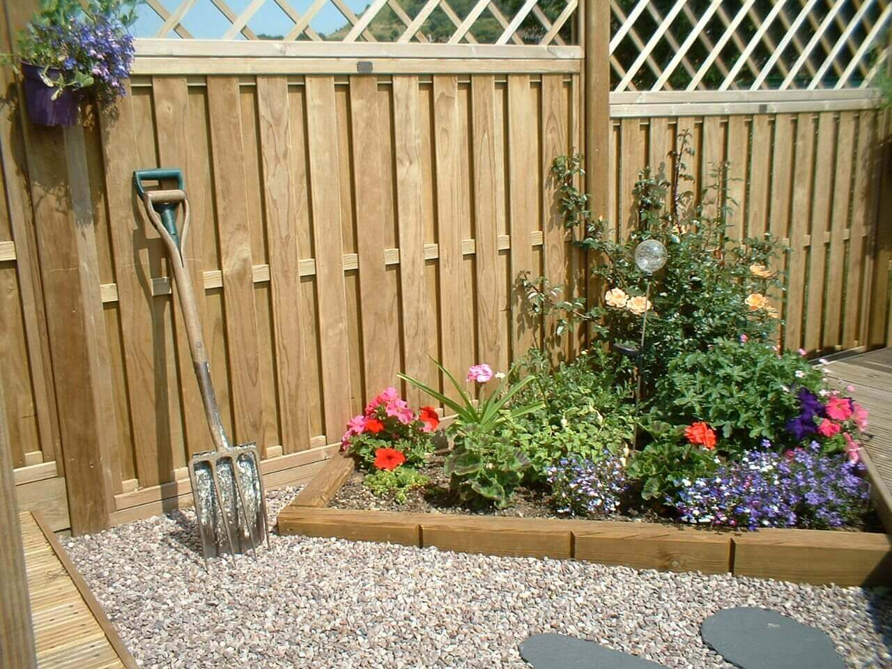 Hit and miss fencing panels with trellis topper