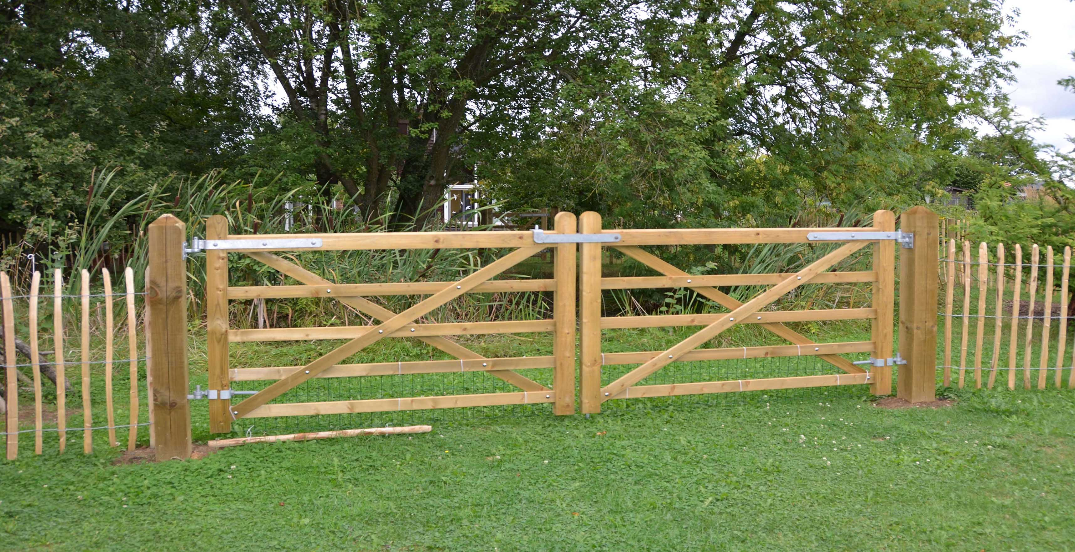 double wooden uni-gates with chestnut