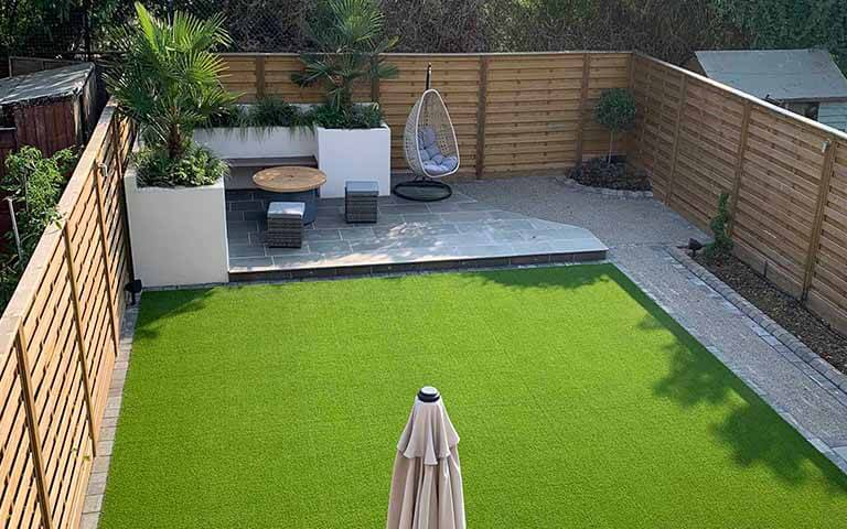 hit and miss panels create modern garden design