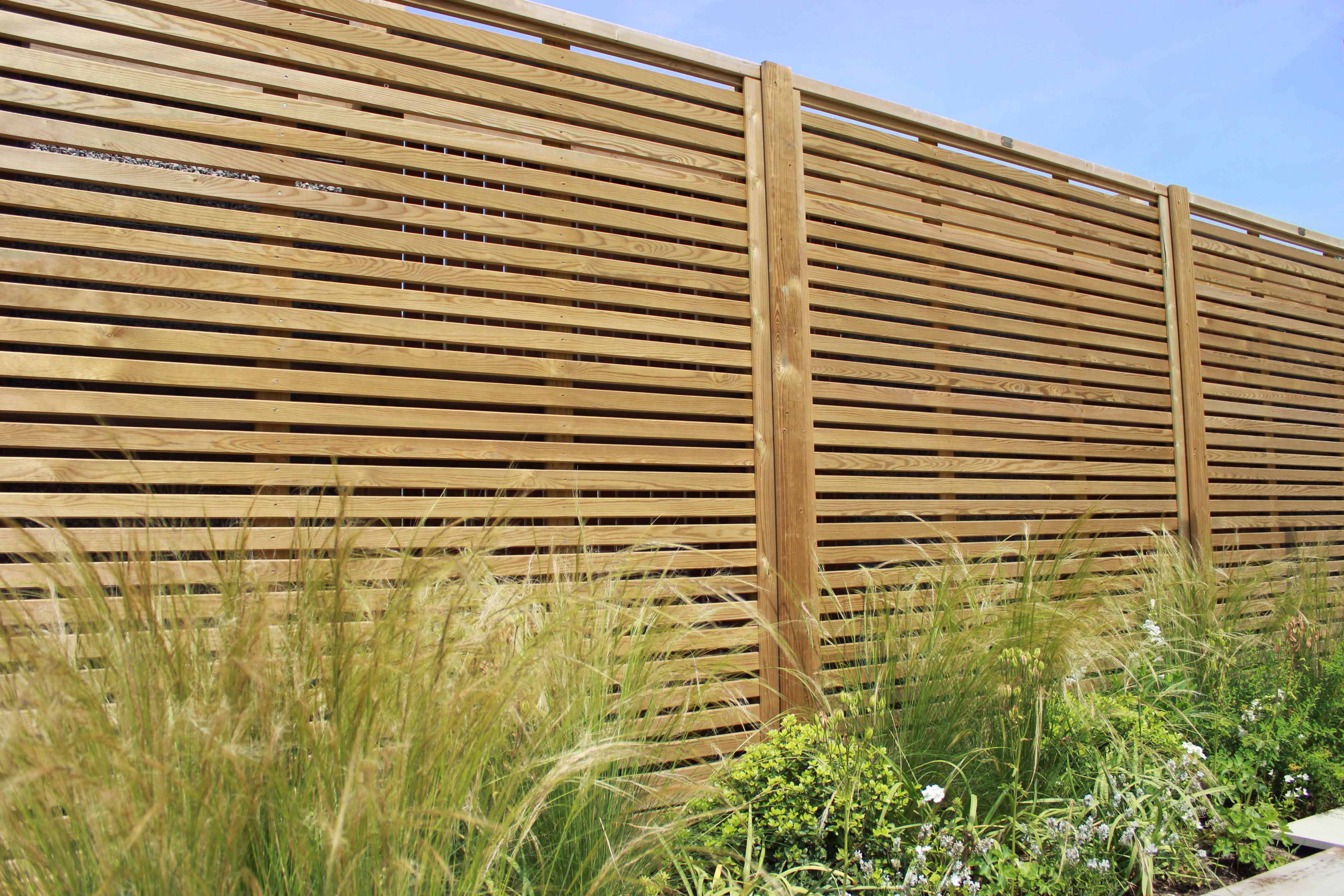 Venetian fencing situated in a garde11n