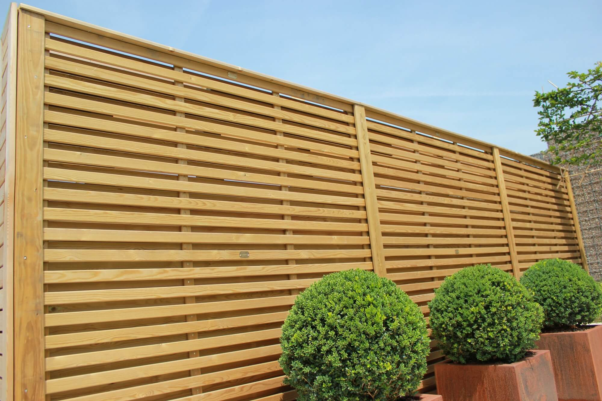 Hit and Miss Venetian panels create a perfect garden screen